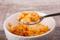 Close-up em um fundo de madeira em um prato acanelado branco com cereal e leite closeup imagens de stock