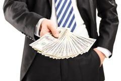 Close-up em um homem de negócios que guarda o dinheiro Fotografia de Stock