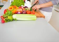 Close up em vegetais novos do corte da dona de casa Fotografia de Stock Royalty Free