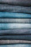 Close up empilhado das calças de brim fotografia de stock