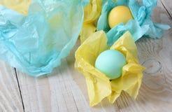 Close up envolvido tecido dos ovos da páscoa Imagem de Stock Royalty Free