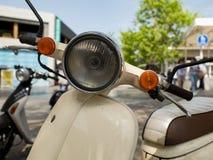 Close up estado abatido retro do ar livre 'trotinette' do farol moped foto de stock royalty free
