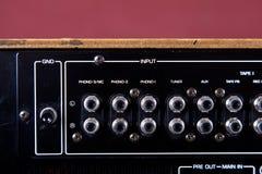 Close up estereofônico dos terminais do painel traseiro do amplificador do vintage Fotos de Stock Royalty Free