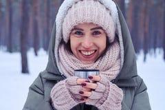 Close-up extremo da cara da mulher lindo que guarda uma caneca de Foto de Stock Royalty Free