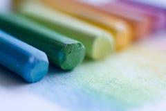 Close-up extremo de gizes pasteis coloridos em uma superfície branca fotos de stock