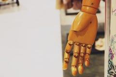 Close-up fêmea do manequim da mão de madeira foto de stock royalty free