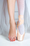 The close-up feet of young ballerina in pointe shoes Stock Photography