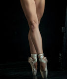 The close-up feet of young ballerina in pointe Royalty Free Stock Photos