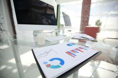 close-up financiële grafiek op de lijst van een zakenman royalty-vrije stock foto's