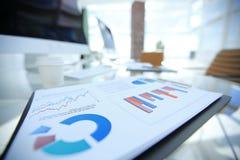 close-up financiële grafiek op de lijst van een zakenman royalty-vrije stock afbeelding