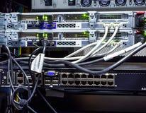 Close-up, fios e conectores da cremalheira do super-computador do roteador imagem de stock royalty free