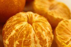 Close-up fresco e descascado da tangerina em um fundo claro fotografia de stock royalty free