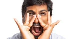 Close-up frontal da gritaria indiana do homem foto de stock royalty free