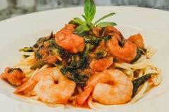 Close-up Gastronomische Garnalen met Spaghettideegwaren en kruidig Stock Afbeeldingen