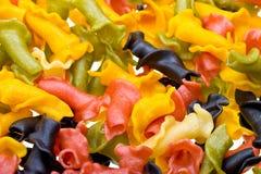 Close-up gekleurde deegwarenachtergrond Stock Afbeeldingen