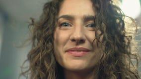 Close-up gelukkige mooie vrouw die in camera glimlachen, die recht aan kijker kijken stock videobeelden