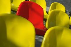 Close-up geschotene overvloed van geel en rode plastic zetels één bij stadion Royalty-vrije Stock Foto's