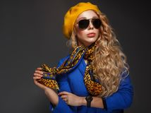 Close-up. a girl in a yellow beret and wearing sunglasses posing Royalty Free Stock Photos