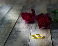 Close up gold ring and red rose on a wooden background Royalty Free Stock Photography