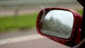 Close-up, gotas da água na janela lateral do carro, ao conduzir Do forte vento, as gotas fluem não abaixo do vidro, mas video estoque