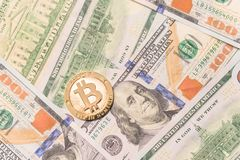 Close-up gouden Bitcoin Cryptocurrency op Amerikaanse dollars Royalty-vrije Stock Fotografie