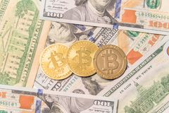 Close-up gouden Bitcoin Cryptocurrency op Amerikaanse dollars Stock Foto's