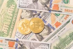 Close-up gouden Bitcoin Cryptocurrency op Amerikaanse dollars Stock Foto