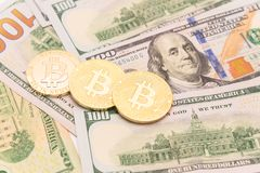 Close-up gouden Bitcoin Cryptocurrency op Amerikaanse dollars Royalty-vrije Stock Afbeelding