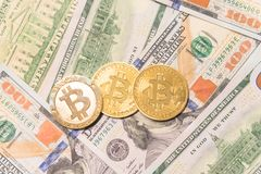 Close-up gouden Bitcoin Cryptocurrency op Amerikaanse dollars Royalty-vrije Stock Foto's