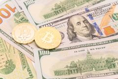 Close-up gouden Bitcoin Cryptocurrency op Amerikaanse dollars Stock Afbeelding