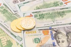 Close-up gouden Bitcoin Cryptocurrency op Amerikaanse dollars Royalty-vrije Stock Foto