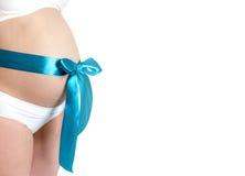 Close up grávido da barriga Curva azul no estômago Foto de Stock