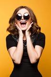 Close-up Grappig beeld van lachende vrouw, emotioneel gek glimlachend mooi tienermeisje stock afbeeldingen