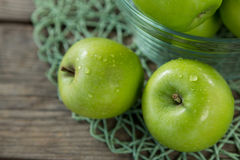 Close-up of green apples with water droplets in bowl Royalty Free Stock Photos