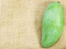 Close-up groene mango op de textuur van de jutezak Stock Foto