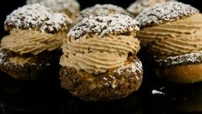 Close-up grote groep Frans desserts choux gebakje dat met karamelroom wordt gevuld stock footage