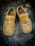Close-up of grungy leather shoes Royalty Free Stock Photos
