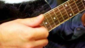 Close-up Guy Plays Guitar Strings bij Repetitie in Studio stock videobeelden