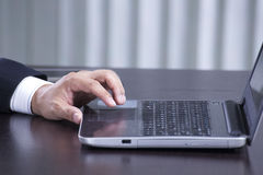 Close up hand of business man using the labtop Royalty Free Stock Images
