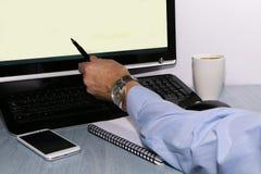 Close-up - handelaar met telefoon en koffie stock foto