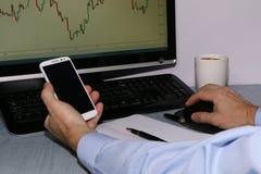 Close-up - handelaar met telefoon en koffie stock afbeeldingen