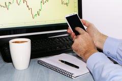 Close-up - handelaar met telefoon en koffie stock afbeelding