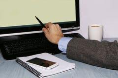 Close-up - handelaar met telefoon en koffie royalty-vrije stock afbeelding
