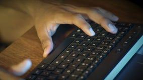 Close-up, Handen van een Indisch Guy Dial Text On The-Computertoetsenbord stock footage