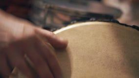 Close-up, Handen van Mensen die Ritme op Zhdambey kloppen bij het Festival stock footage