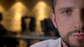 Close-up helft-gezicht voorspruit van volwassen Kaukasisch gebaard mannelijk gezicht met ogen die camera binnen met binnenland be stock afbeelding