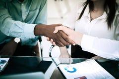 close-up het financiële partners schudden overhandigt een Bureau stock afbeeldingen