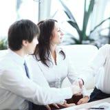 close-up het financi?le partners schudden overhandigt Bureau royalty-vrije stock afbeeldingen