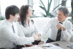 close-up het financi?le partners schudden overhandigt Bureau royalty-vrije stock foto