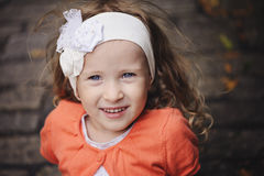 Close-up het glimlachen het portret van het kindmeisje in witte hoofdband stock foto